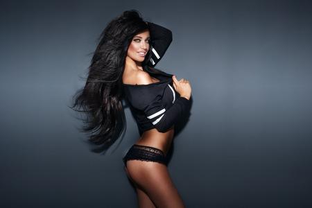 cuerpo femenino perfecto: Atractiva mujer sexy morena con un cuerpo perfecto y largo morena posando cabello sano, mirando a la c�mara