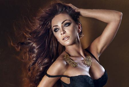 beaux seins: Gros plan portrait de beauté de femme sexy brunette avec un maquillage parfait et de longs cheveux bouclés.
