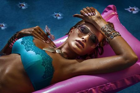 Porträt von attraktiven sexy Frau mit Sonnenbrille, Entspannung, Sonnenbaden. Standard-Bild - 30358339