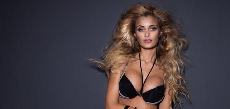 Nude blonde woman: Retrato de elegante mujer rubia sensual con el pelo largo y rizado. Estudio de un disparo. Mirada atractiva