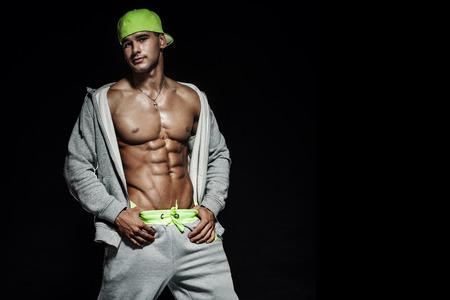 bel homme: Portrait de bel homme avec sexy musculaire beau corps posant au studio.