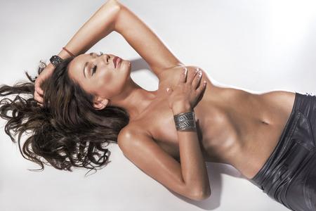 junge nackte mädchen: Nackte Brünette Frau in sexy Pose mit geschlossenen Augen, entspannen. Lizenzfreie Bilder