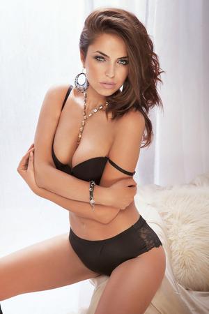 modelo desnuda: Sexy morena hermosa mujer posando en ropa interior. Chica con cuerpo perfecto delgado mirando a la c�mara. Estudio de un disparo. Foto de archivo