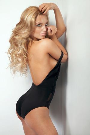 mujer rubia desnuda: Sensual hermosa mujer rubia posando en ropa interior sensual. Chica con el pelo largo y rizado.