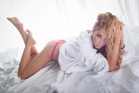 nude woman: Rom�ntica mujer rubia sexy posando en ropa interior, mirando a la c�mara. Muchacha con maquillaje perfecto.