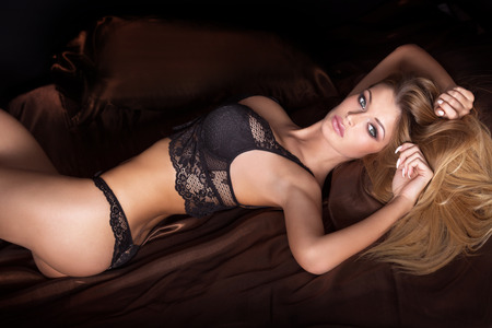 femmes nues sexy: Sensuelle femme blonde posant en lingerie à la mode. Fille regardant la caméra. Studio, coup.