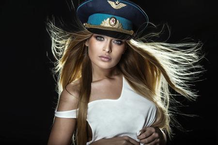 militaire sexy: Portrait de la belle femme blonde sexy avec des yeux incroyables, regardant la caméra. Banque d'images