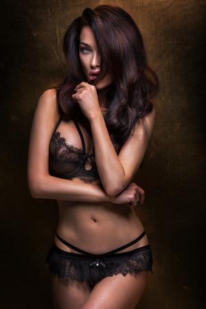 Sexy Brünette Frau posiert im eleganten Dessous, Blick in die Kamera. Mädchen mit perfekten Körper. Standard-Bild - 35614274