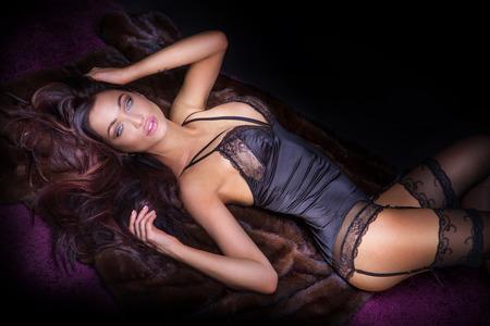 junge nackte m�dchen: Sexy Br�nette Frau posiert im eleganten Dessous, Blick in die Kamera. M�dchen mit perfekten K�rper liegen, Entspannung.