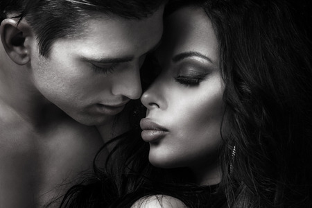 mujeres eroticas: Retrato emocional de una pareja atractiva. Hombre hermoso y mujer sexy posando juntos.