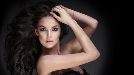 modelos desnudas: Retrato de la hermosa mujer morena sensual con el pelo largo y rizado. ni�a mirando a la c�mara. Photo Belleza.