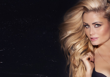 cheveux blonds: Beauty portrait de femme blonde d�licate avec de longs cheveux. Fille regardant la cam�ra.