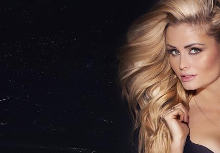 lang haar: Schoonheid portret van delicate blonde vrouw met lang haar. Meisje kijkt naar de camera.