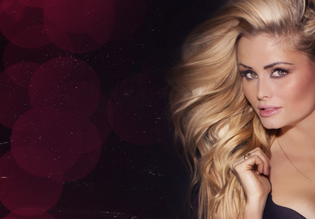 femme chatain: Beauty portrait de femme blonde d�licate avec de longs cheveux. Fille regardant la cam�ra.
