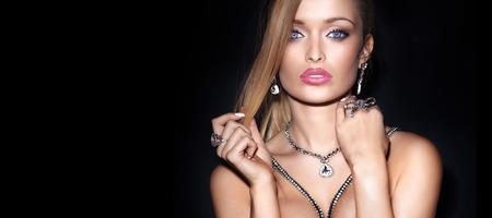 labios sensuales: Retrato de la belleza de la mujer elegante rubia en la joyería.