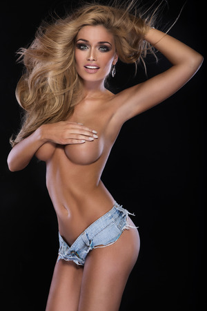 Sexy blonde attraktive Frau posiert nackt, auf der Brust. Smiling Mädchen. Standard-Bild - 37651222