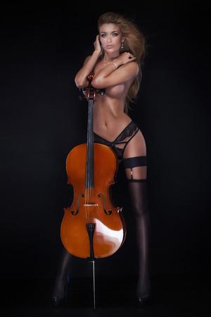 femme noire nue: Sexy belle femme nue posant avec violoncelle.