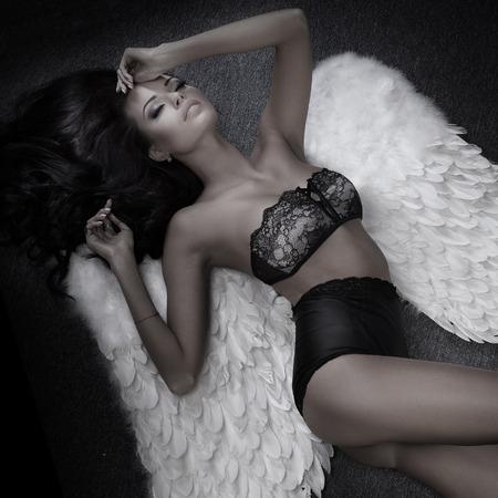 Schöne sexy Frau mit perfekten schlanken Körper posiert mit Engel Standard-Bild - 38680947