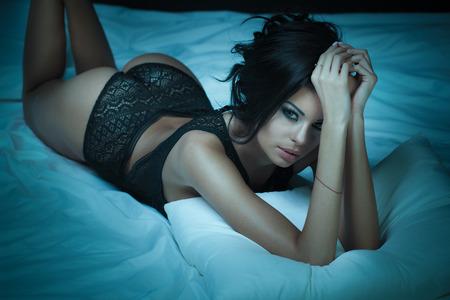 Mujer bella desnuda posando cama photo 62