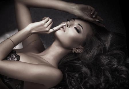 Schönheitsportrait der sinnlichen eleganten Frau. Mädchen mit dem langen lockigen Haar. Standard-Bild - 39058767