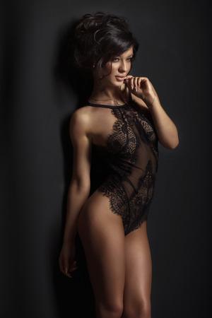 Sexy Brünette Schönheit im schwarzen eleganten Dessous posiert. Mädchen mit schlanken perfekten Körper. Standard-Bild - 39551616