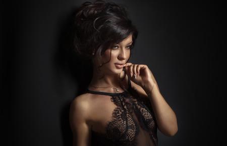 Schönheit Porträt von sexy Brünette Frau in Dessous. Standard-Bild - 39409124
