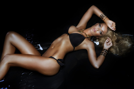 Schöne Frau posiert in schwarzen simwear, Blick in die Kamera. Standard-Bild - 39551758