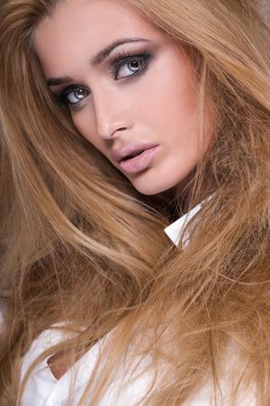 labios sensuales: Primer retrato de la belleza de la delicada mujer con los ojos increíbles y el pelo largo. Foto de archivo