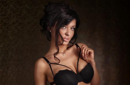 donna ricca: Ritratto di elegante sexy donna bruna. Studio di colpo.