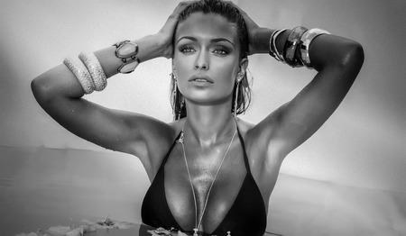 nude young: Портрет привлекательная девушка отдыха, принятия солнечных ванн. Женщина носить ювелирные изделия.