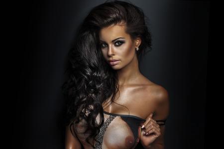 Sinnliche Brünette Frau posiert im Schlafzimmer, mit sexy Dessous. Attraktive Mädchen mit perfekten Körper.