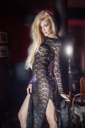 Sexy blonde schöne Frau posiert in Vintage Innenraum, in dem Kamera. Standard-Bild - 41409776