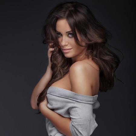 femmes nues sexy: Beauty portrait de attrayante délicate femme brune. Studio shot. Fille avec des yeux bruns et makeup.Smiling parfait.