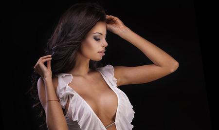 Nahaufnahmeschönheitsportrait von sexy Brünette Frau mit perfekte Make-up und lange Haare. Studio gedreht. Schwarzem Hintergrund. Standard-Bild - 44552236