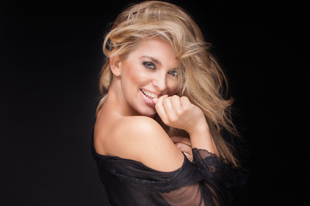Schönheitsportrait der attraktiven zarte blonde Frau. Studio gedreht. Mädchen mit langen lockigen Haaren und perfekte Make-up. Standard-Bild - 44394915