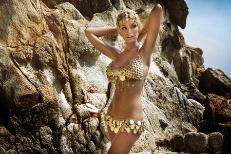 Sexy Frau mit perfekten schlanken Körper posiert in modischen Kostüm über Felsen. Tropisch. Standard-Bild - 44396207