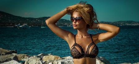 Sommer-Foto von schönen sexy blonde Frau im eleganten Spitzen Dessous. Sonniger Tag. Luxus-Resort. Mädchen tragen modische Sonnenbrille. Standard-Bild - 44357944