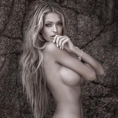 Reizvolle schöne blonde Frau posiert nackt bei sonnigen Tag. Sommer-Foto. Standard-Bild - 44961228