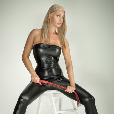 sexy nackte frau: Sexy blonde Frau posiert in erotischen Kostüm. Studio gedreht.