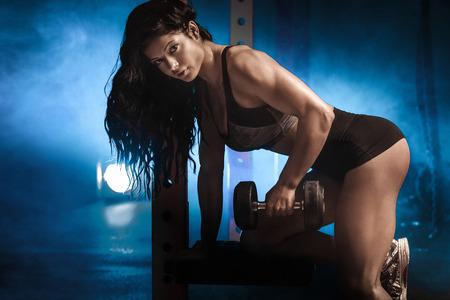 atletismo: Mujer hermosa del ajuste sexy posando en el gimnasio. Concepto de vida saludable. Foto de archivo