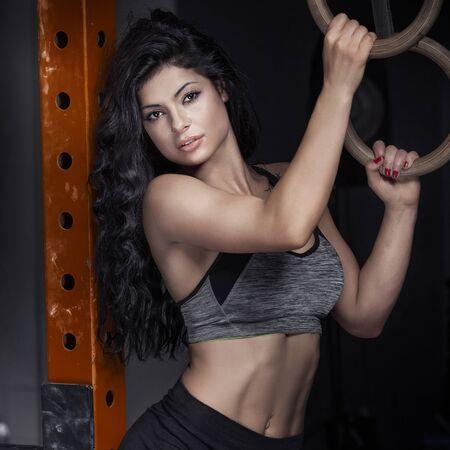 muscle training: Sexy Brünette Frau posiert in der Turnhalle. Gesunden Lebensstil-Konzept. Schönes Mädchen in der Wäsche.