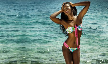 Mooie sexy Afrikaanse Amerikaanse vrouw poseren in zwembroek. Zomerfoto. Spanje.