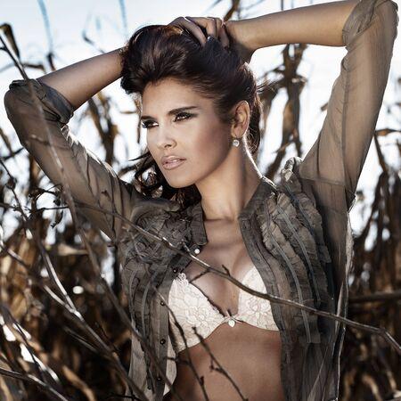 femme brune sexy: Sexy femme brune posant en lingerie sur le champ de ma�s. L'automne. Banque d'images