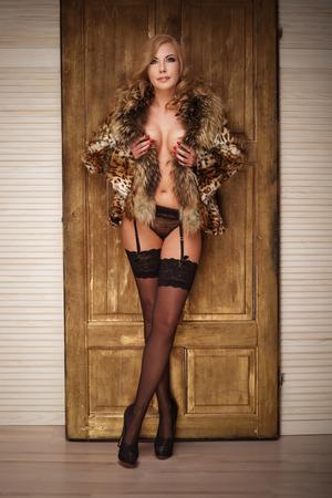femmes nues sexy: Femme sexy posant en lingerie érotique, en regardant la caméra. Studio, coup.