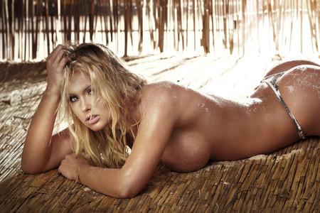 mujer sexy desnuda: Sexy mujer rubia desnuda acostada y relajante. Foto del verano. Foto de archivo