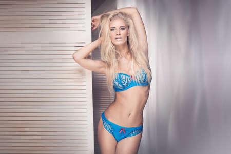 femmes nues sexy: Portrait sensuel de la belle femme portant de la lingerie. Fille aux cheveux longs.