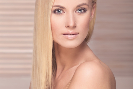 mujer rubia desnuda: Beautiful blonde woman posing , looking at camera. Glamour makeup, long healthy hair. Foto de archivo