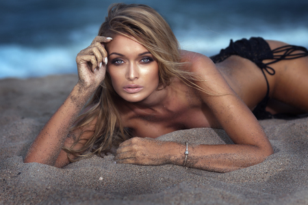 sexy nackte frau: Portrait der reizvollen blonden Frau mit langen Wimpern. Mädchen posiert nackt, Blick in die Kamera. Sommertag. Lizenzfreie Bilder