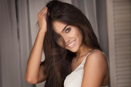 brunette: Retrato de mujer sexy morena con el pelo largo y el maquillaje glamour. Foto de archivo