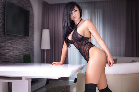 голая женщина: Сексуальная женщина с совершенным телом позирует в чувственный белье в гостиничном номере. Фото со стока